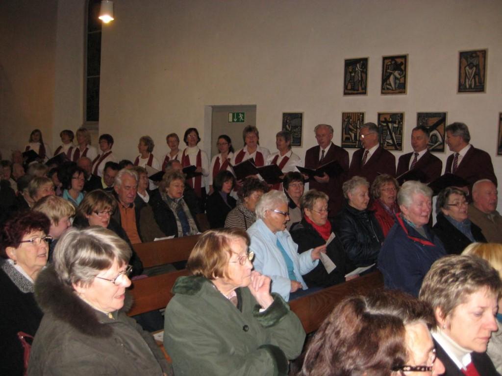 Gemeinsames Singen mit der Gemeinde in der Kirche
