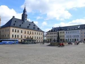 Rathausplatz-mit-Barbara-Uthmann-Brunnen