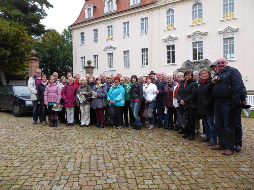 Gruppenfoto aller Teilnehmer vom Chorleiter bis zum Busfahrer
