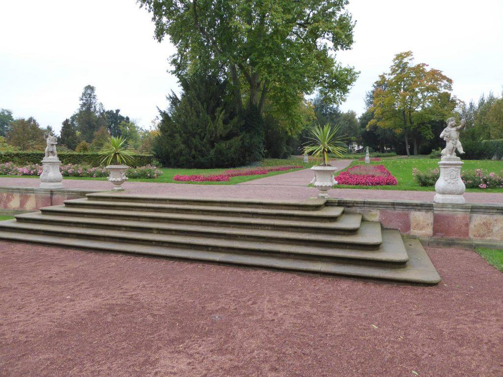 Reizvolle Elemente des Parks sind durch die Höhenunterschiede die vielen Treppen