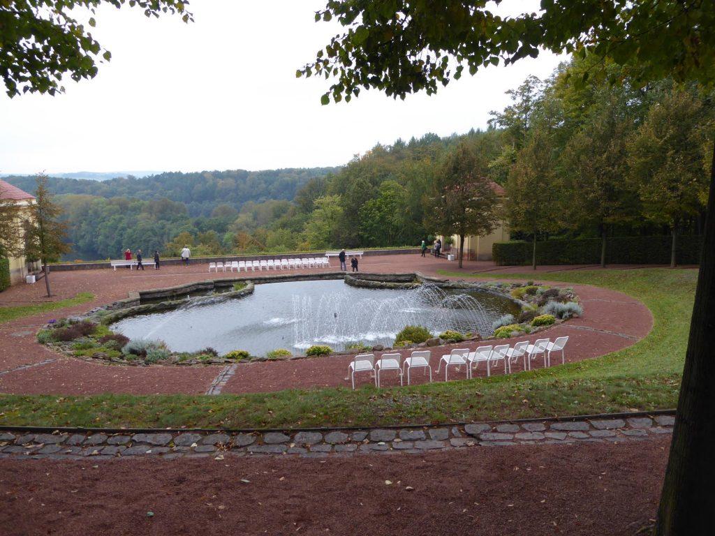 Immer wieder zu sehen: kleine und größere Wasserspiele und -anlagen mit Springbrunnen.